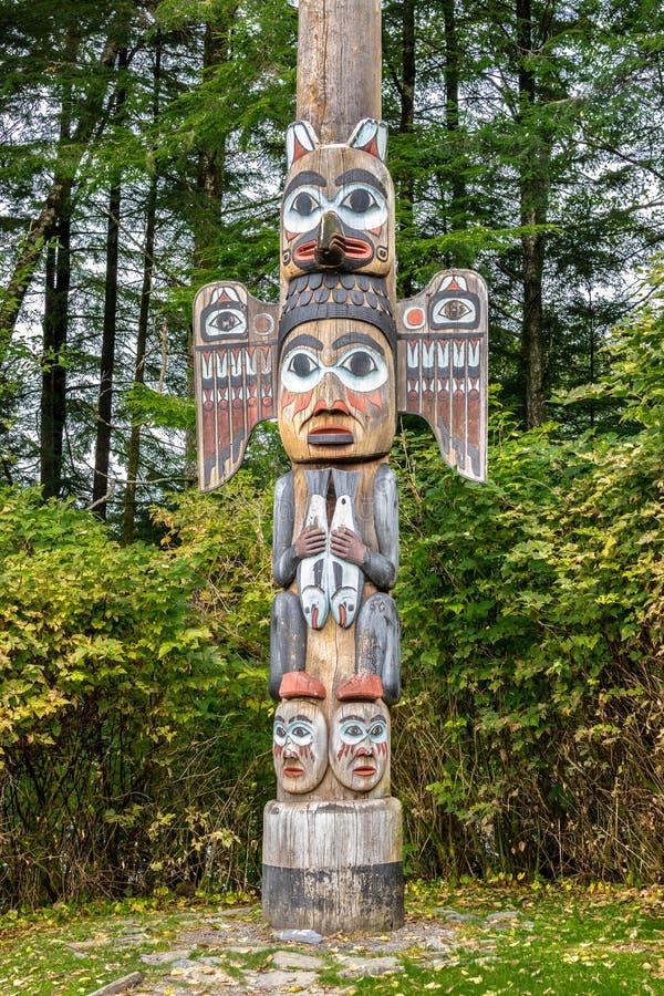 Den Kadjuk fågeltotempålen på det historiska totemBighttillståndet parkerar, Ketchikan, Alaska arkivbilder