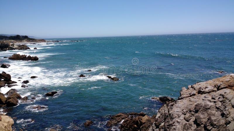 Den Kalifornien kustlinjen bredvid Stilla havet fotografering för bildbyråer