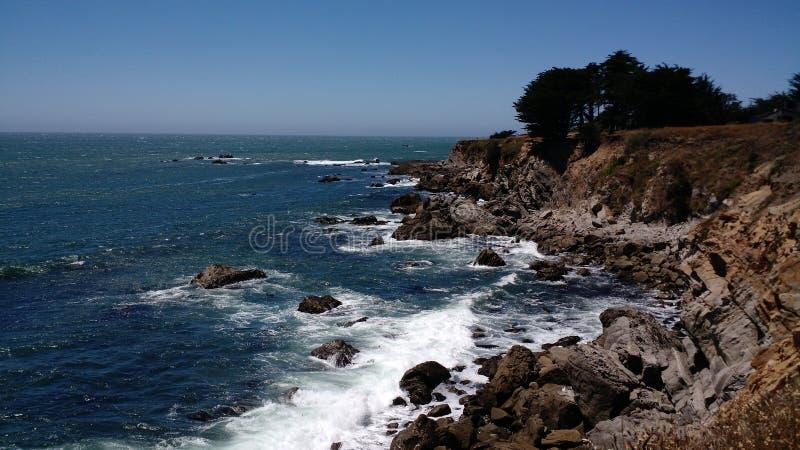 Den Kalifornien kustlinjen bredvid Stilla havet royaltyfri fotografi