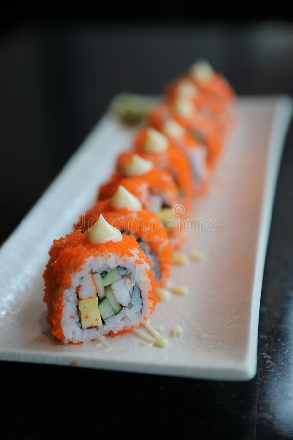 Den Kalifornien rullsushi, ris rullar med ?ggavokado?gget och fiskjapanmat royaltyfria foton