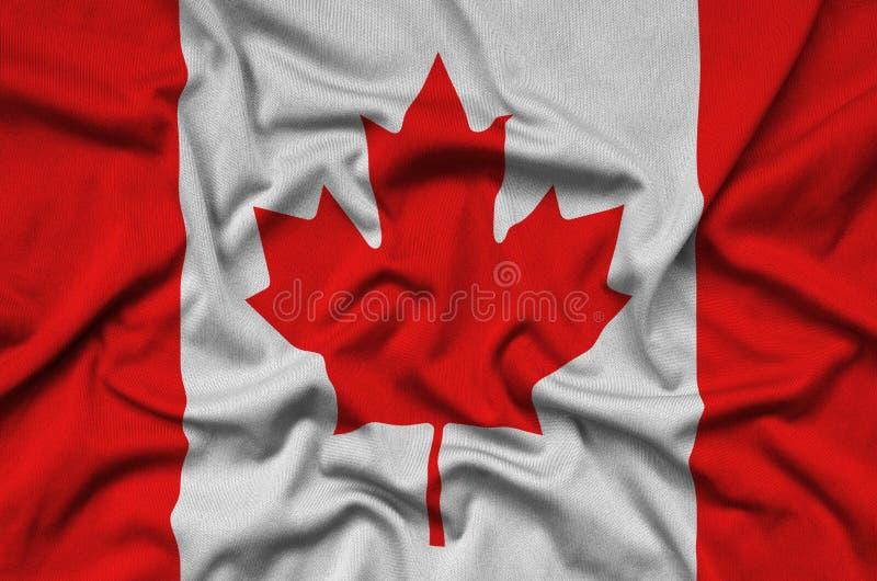 Den Kanada flaggan visas på ett sporttorkduketyg med många veck Baner för sportlag fotografering för bildbyråer