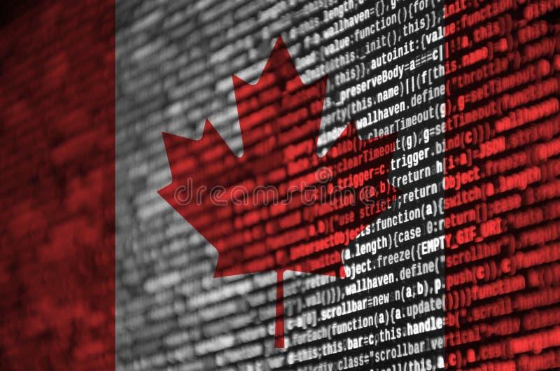 Den Kanada flaggan visas på skärmen med programkoden Begreppet av modern teknologi- och platsutveckling arkivfoto