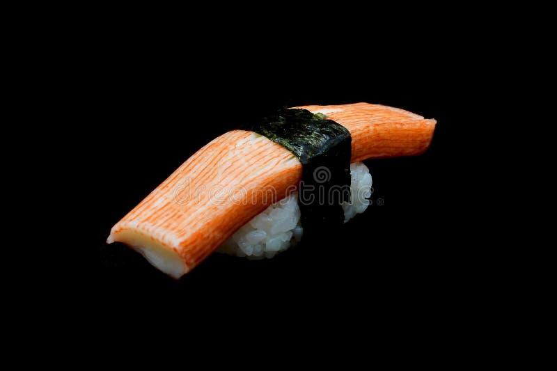 Den Kani sushi eller krabbapinneöverkanten på ris rappar vid havsväxt Japansk traditionsmat royaltyfri fotografi