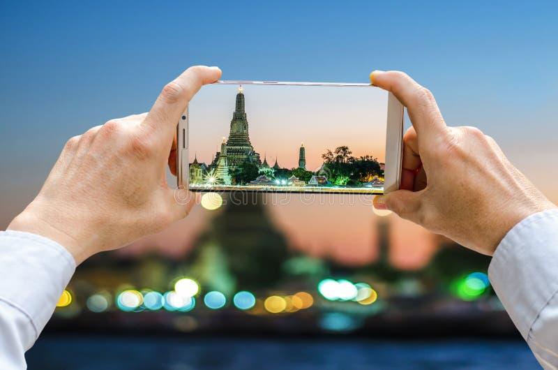 Den kantjusterade skottsikten av man` s räcker danandefotoet på mobiltelefonen royaltyfria bilder