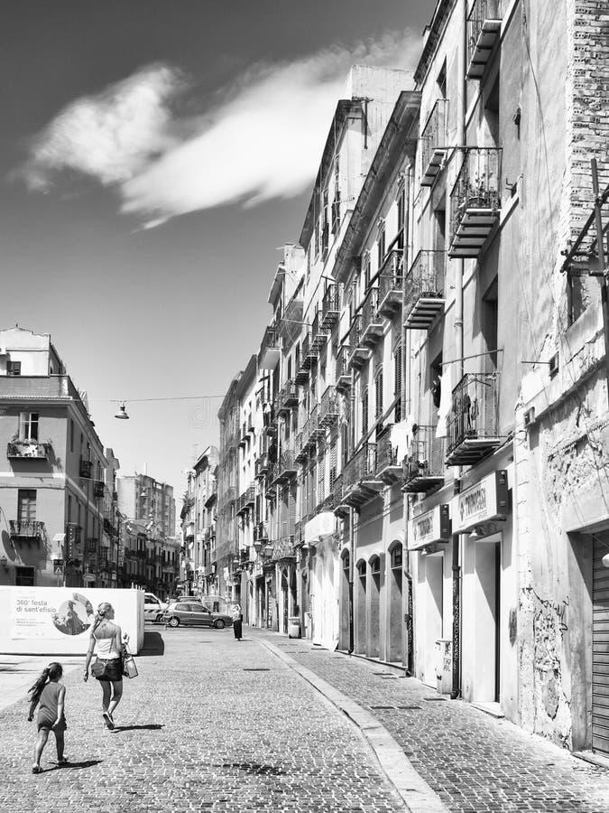 Den karakteristiska arkitekturen av byggnader i den gamla fjärdedelen av Cagliari, Italien royaltyfria bilder