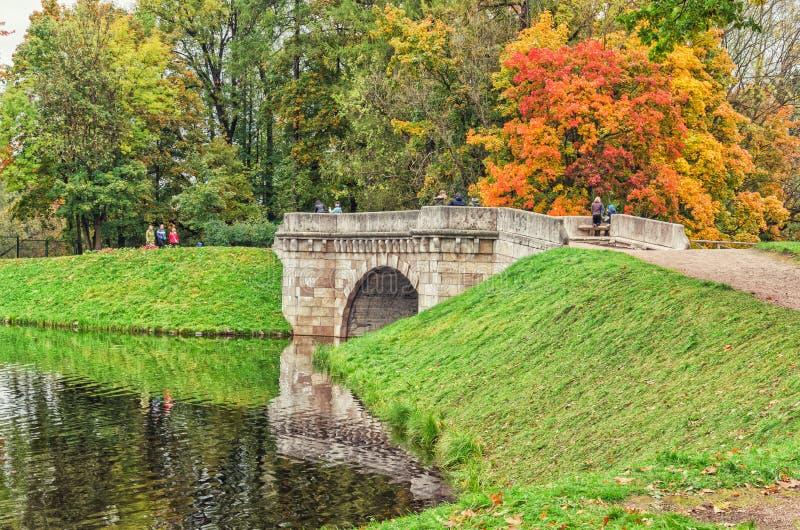 Den Karpin bron i Gatchiaen parkerar royaltyfria bilder