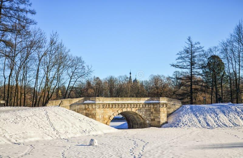 Den Karpin bron i slotten parkerar av den Gatchina slotten arkivbild