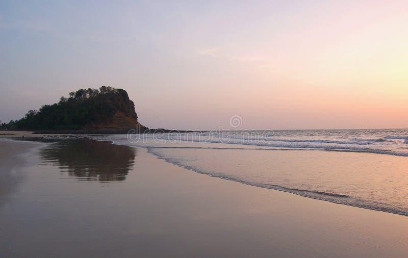 Den Kashid stranden lokaliserade 30 km från Alibaug som var berömd för dess härliga klara blåa vatten, vita färgsand och älskvärd arkivbilder