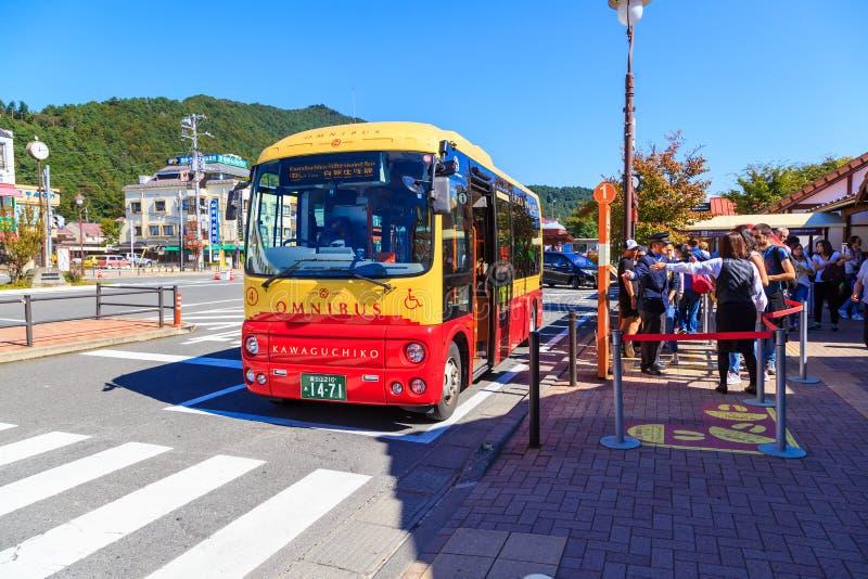 Den Kawaguchiko samlingsbandet är den mini- bussen för yhe i Kawaguchiko Det ` s en järnvägsstation på den Fujikyuko linjen i Fuj royaltyfri bild