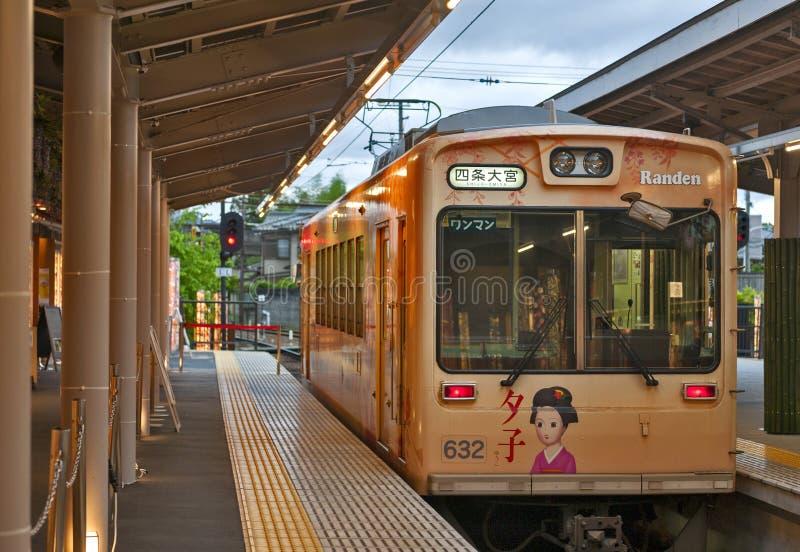 Den Keifuku Randen spårvagnen, Arashiyama, Kyoto, Japan fotografering för bildbyråer