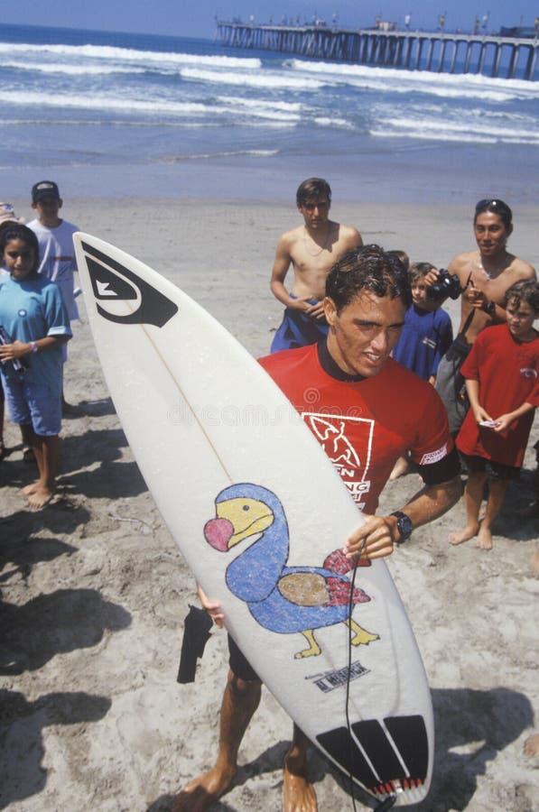 Den Kelly skiffertäckaren, mästare för värld för sju gång surfa med brädet, U S Öppna av att surfa, världen som surfar händelsen, arkivfoton