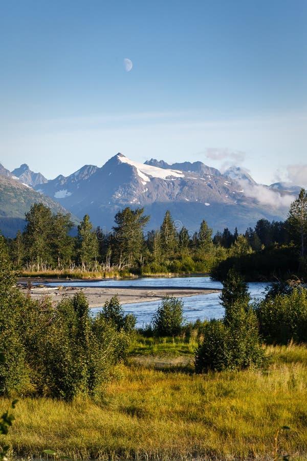Den Kenai floden böjer och vrider nedgången från berg Alaska arkivfoto