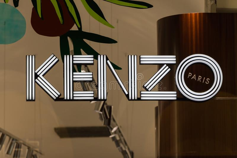 Den Kenzo logoen på Kenzos shoppar arkivfoto