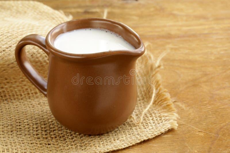 Den keramiska bruna tillbringaren av mjölkar mycket arkivbild