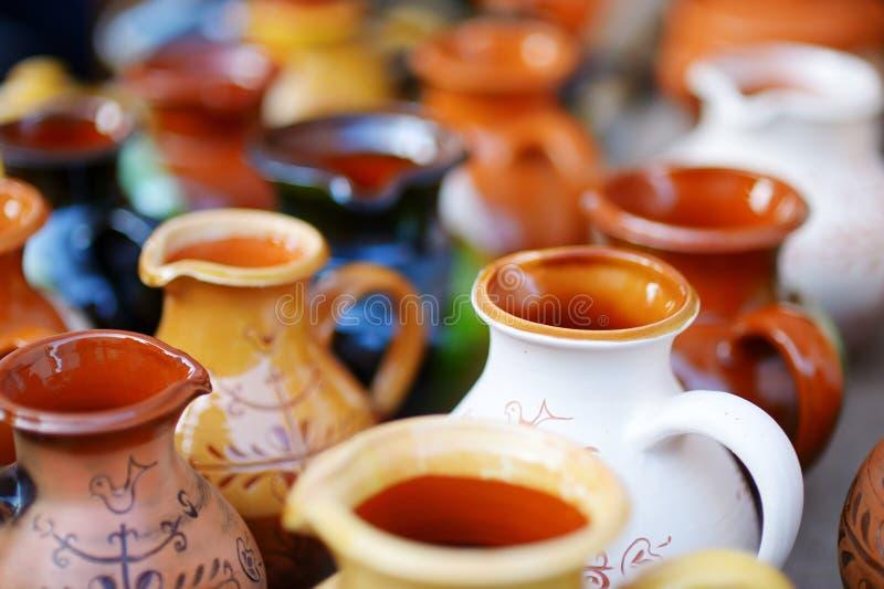 Den keramiska disken, bordsservis och tillbringare som säljs på påsk, marknadsför i Vilnius royaltyfri fotografi