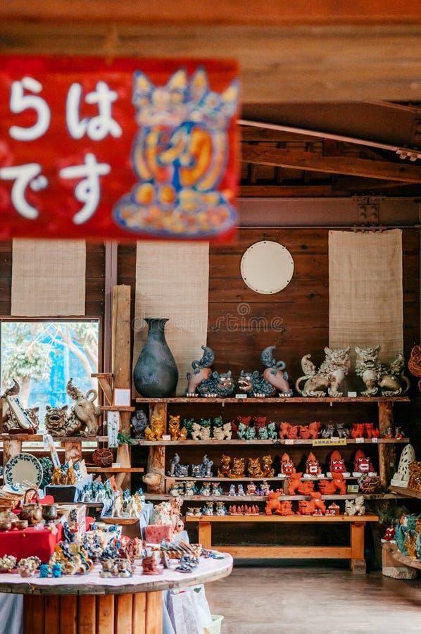 Den keramiska modellen för den Shisa lejonförmyndaren i souvenir shoppar, Naha, Okinaw arkivbild