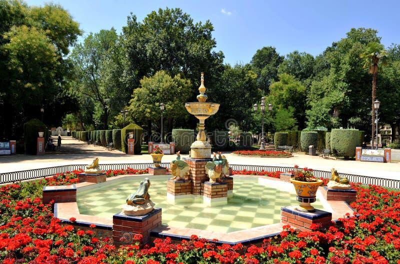 Den keramiska springbrunnen i Gasseten parkerar, Ciudad Real, Spanien royaltyfri fotografi