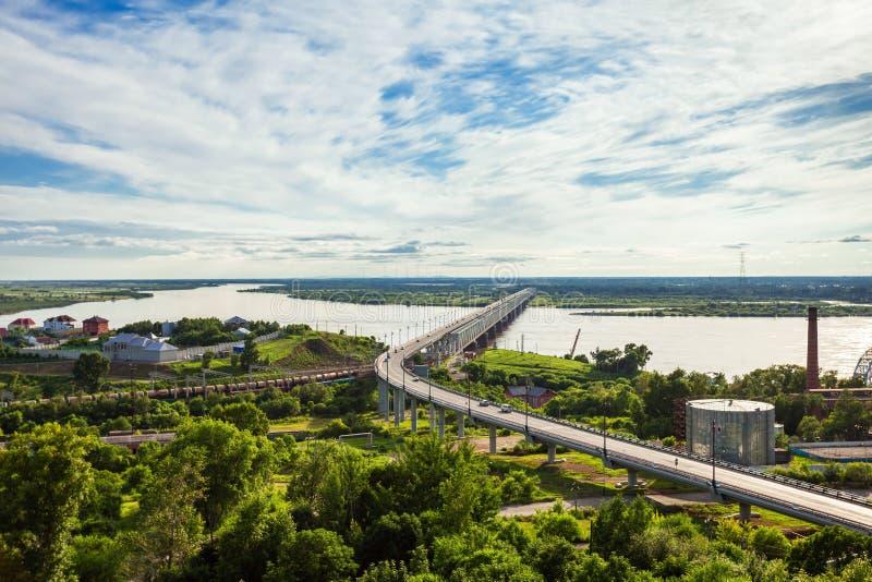 Den Khabarovsk bron korsar Amur arkivbilder