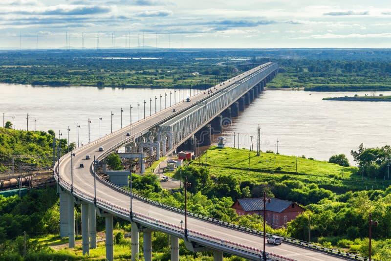 Den Khabarovsk bron korsar Amur arkivfoto