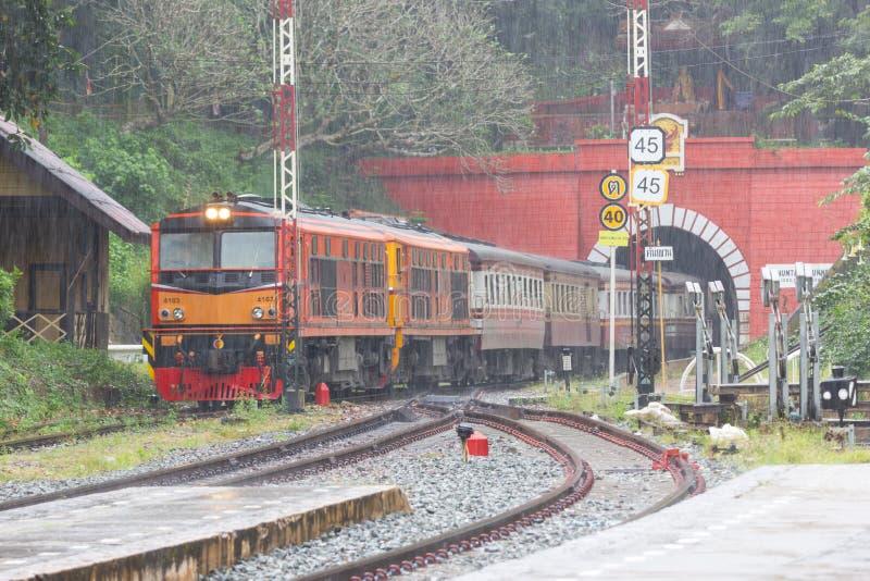 Den Khun solbrännajärnvägsstationen är en järnvägsstation på den nordliga linjen som lokaliseras i det Lamphun landskapet, Thaila royaltyfria bilder