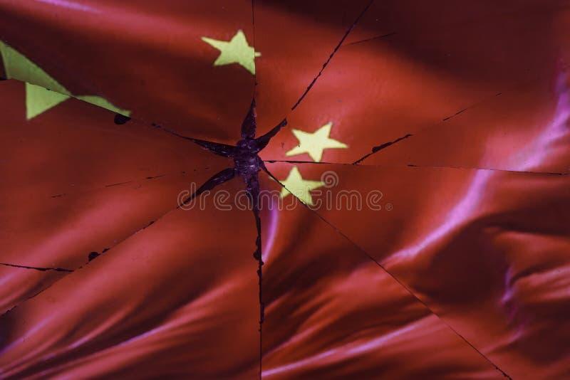 Den Kina flaggan reflekteras i bruten spegel royaltyfri bild