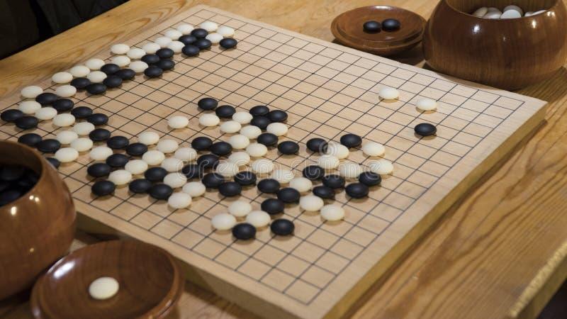 Den kinesiska brädeleken går eller Weiqi royaltyfria foton