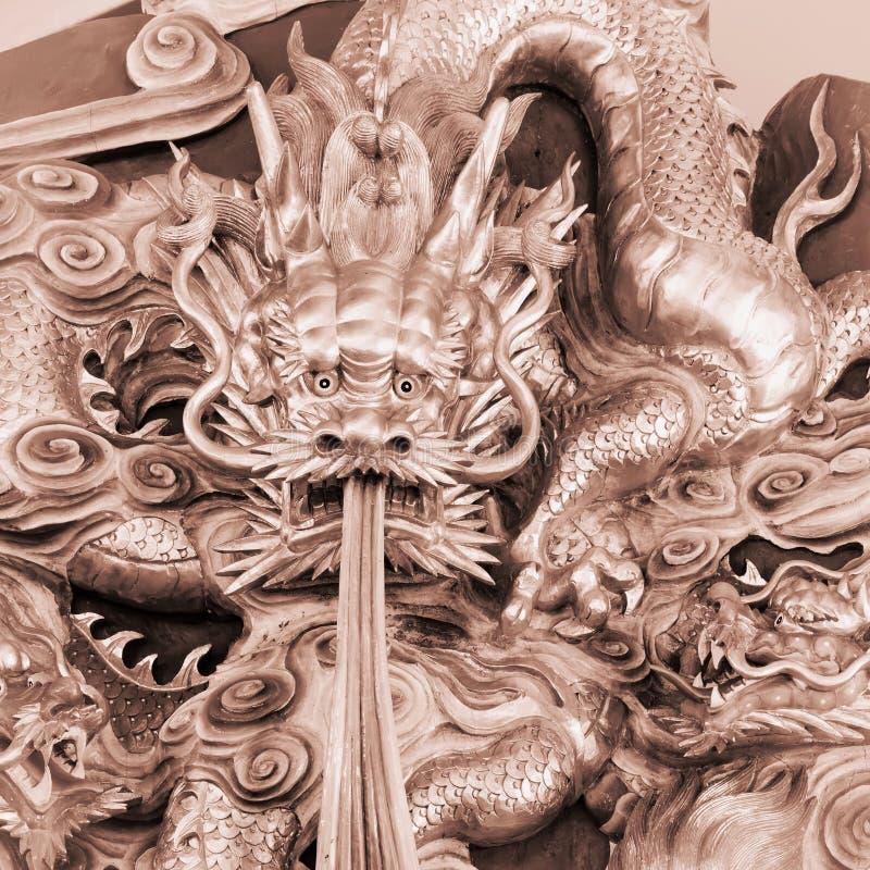 Den kinesiska draken snider royaltyfria bilder