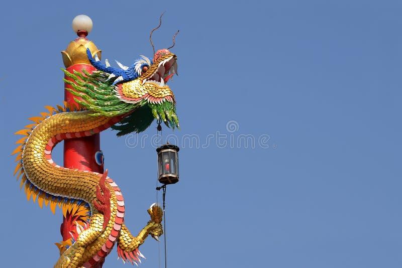 Den kinesiska drakestatyn med bakgrund för blå himmel royaltyfri foto