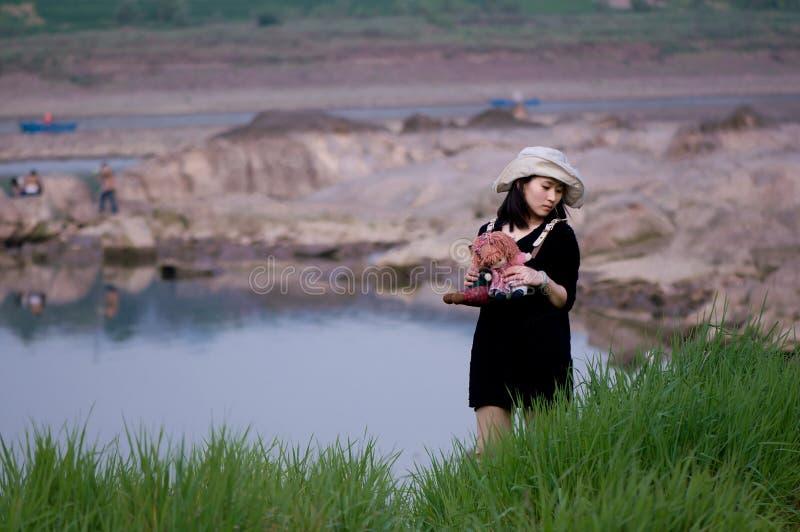 Den kinesiska flickan och trasan behandla som ett barn arkivfoton