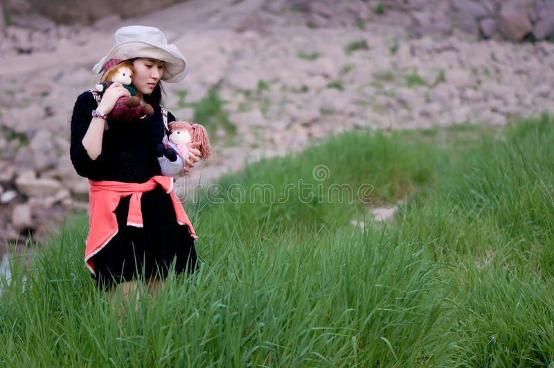 Den kinesiska flickan och trasan behandla som ett barn royaltyfri bild