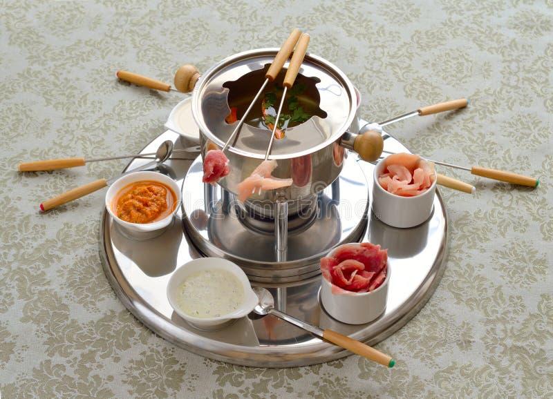 Den kinesiska fondue med buljong royaltyfria bilder