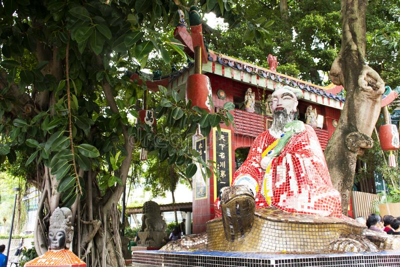 Den kinesiska guden sitter på sköldpaddastatyer i Tin Hau Temple eller Kwun Yam Shrine på avvvisandefjärden i Hong Kong, Kina royaltyfria foton
