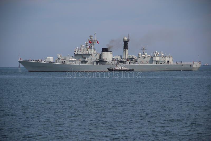 Den kinesiska krigsskeppet lämnar porten fotografering för bildbyråer