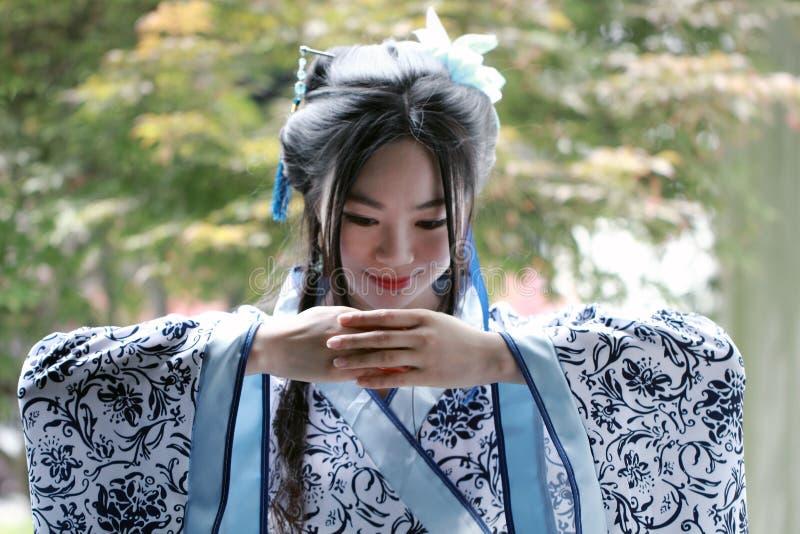 Den kinesiska kvinnan i traditionell blått- och vitporslinstil Hanfu klär fotografering för bildbyråer