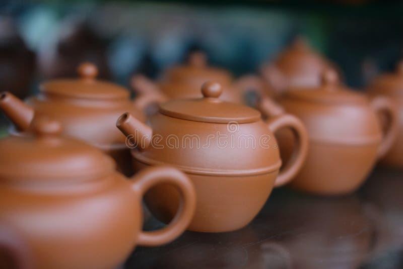 Den kinesiska lerakrukan shoppar in hyllan arkivfoton