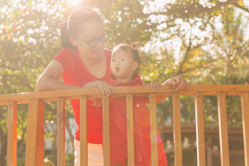 Den kinesiska mamman och den lilla dottern tycker om fritid arkivfoton