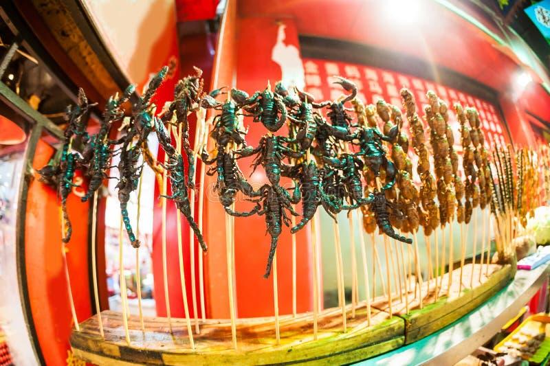 Den kinesiska marknaden, stekte skorpioner, exotiskt matbegrepp arkivbilder