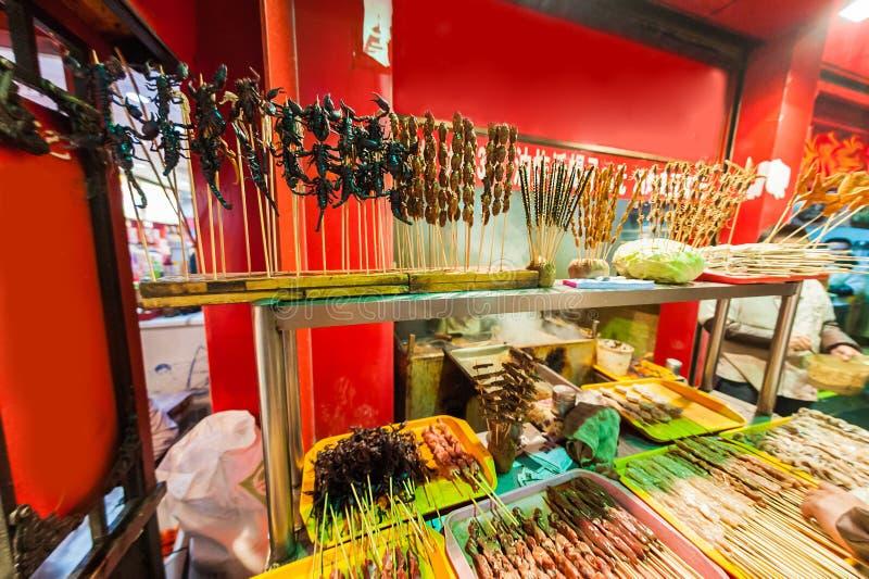 Den kinesiska marknaden, stekte skorpioner, exotiskt matbegrepp arkivfoton