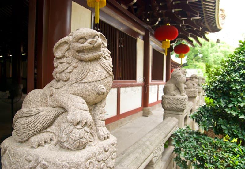 Den kinesiska traditionella stenen sned Lionstatyn arkivbild