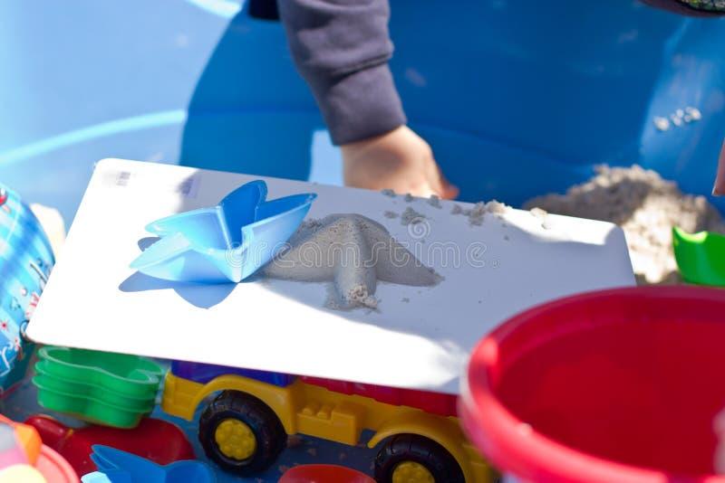 Den kinetiska sanden för barnlekar royaltyfria bilder