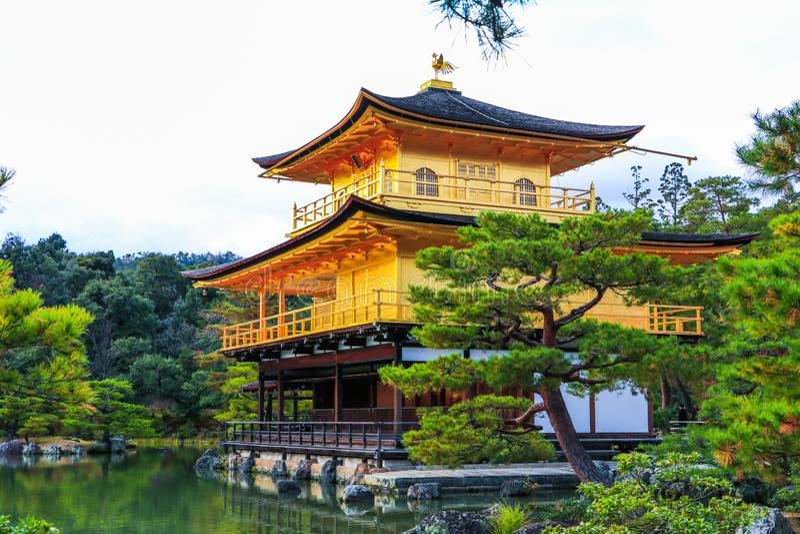 Den Kinkaku-ji templet av den guld- paviljongen är buddistisktempleför aÂzenoch en av den populäraste byggnadsinÂenKyoto royaltyfri fotografi