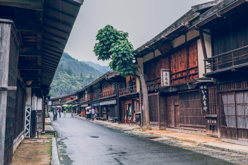 Den Kiso dalen ?r den gamla staden eller de japanska traditionella tr?husen f?r handelsresanden som g?r p? den historiska gamla g royaltyfria foton