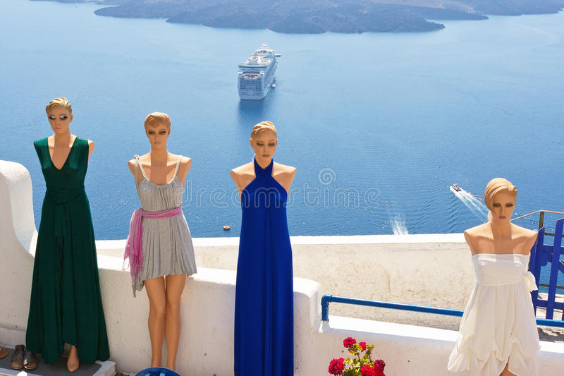 den klänninggreece santorinien shoppar royaltyfri bild