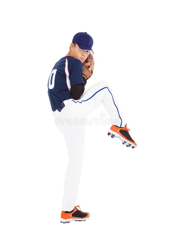 Den klara basebollspelarekannan poserar att kasta bollen arkivbilder