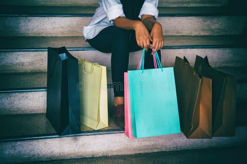 Den klassiska gamla filmdesignbakgrunden av damen sitter på trappan med den färgrika shoppingpåsen, når den har shoppat som är dr royaltyfri foto