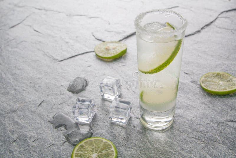 Den klassiska margaritadrinken med limefrukt och saltar arkivbild