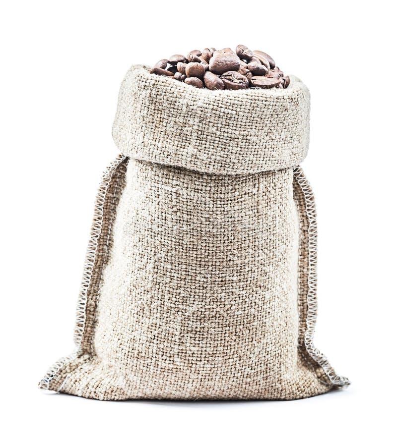 Den klassiska säckvävsäcken med kaffebönor isolerade vitt arkivfoto