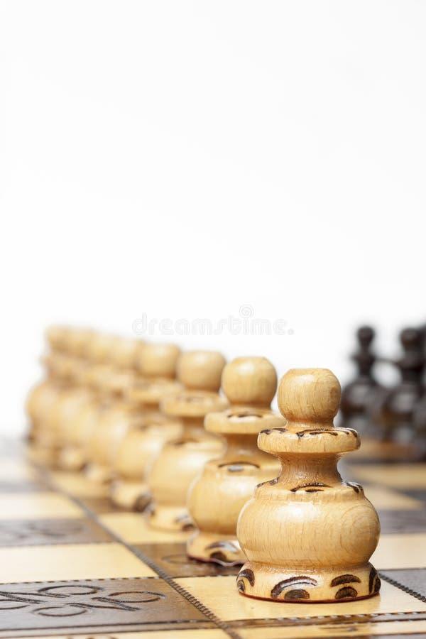Den klassiska schackleken - pantsätter i rader, uppställda royaltyfria foton
