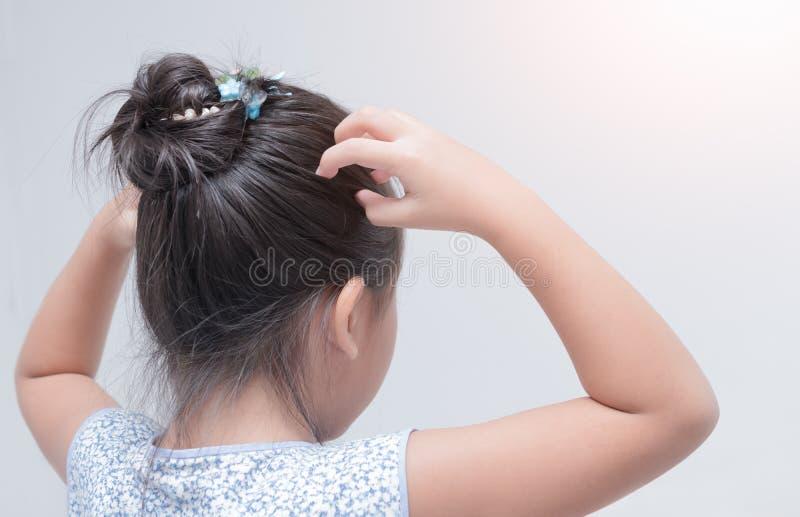 Den kliande liten flickahanden skalperar arkivbilder