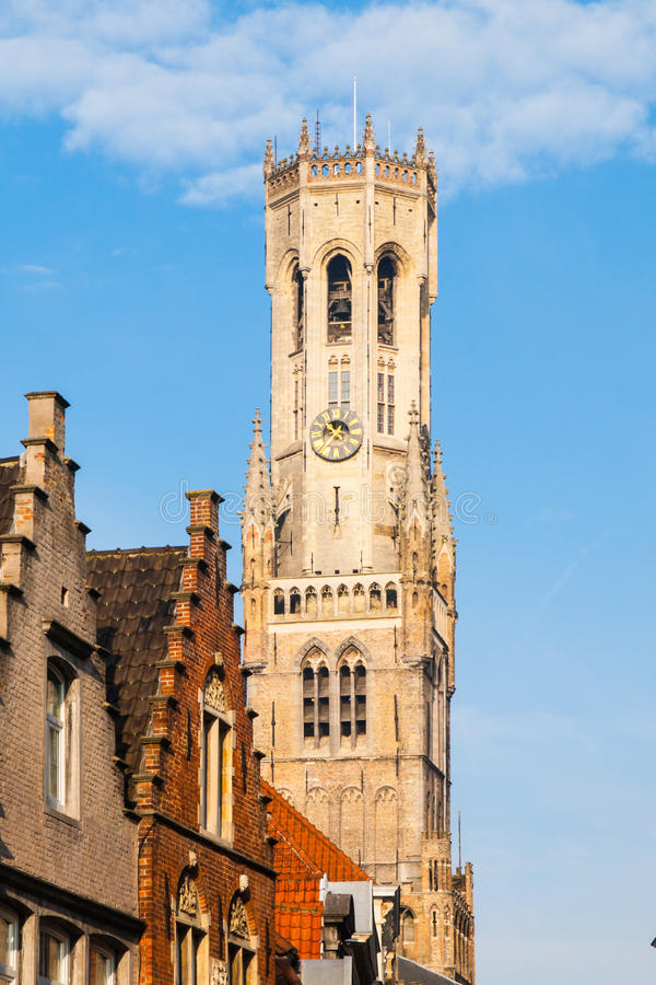 Den klockstapeltornet, aka Belforten, av Bruges, medeltida klockatorn i den historiska mitten av Bruges, Belgien closen colors sl royaltyfri fotografi